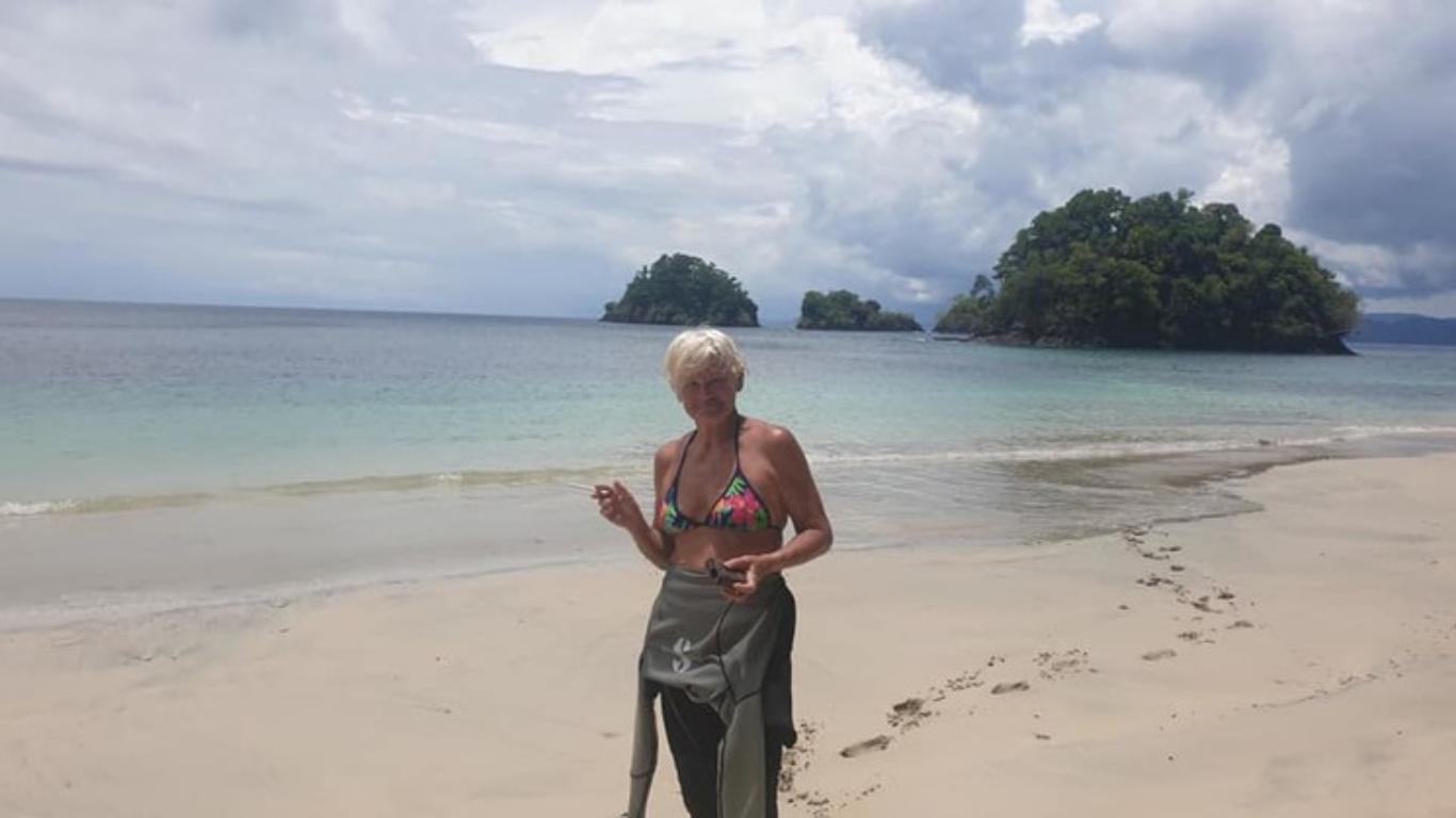 Monica Tatoiu, în costum de baie, în vacanță