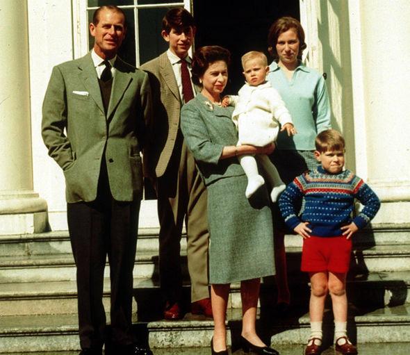 Prințul Philip și Regina Elisabeta II-a, alături de cei patru copii ai lor