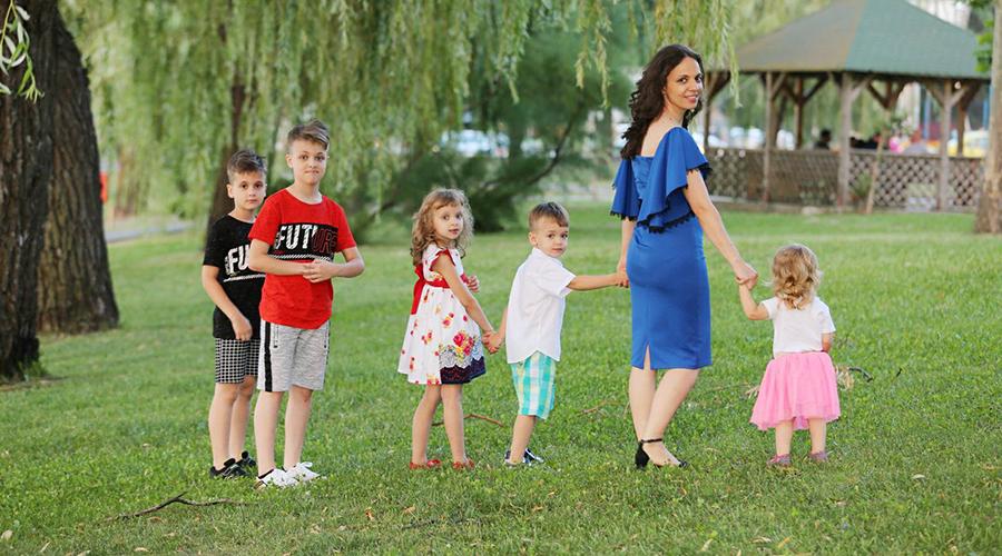 Raluca Blejușcă alături de cei cinci copii, în parc