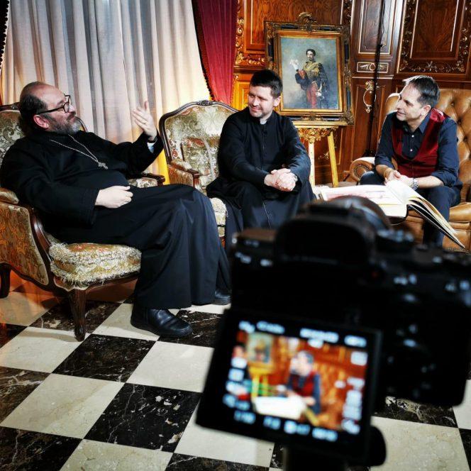 Realizatorul, alături de Părintele Constantin Necula și de Părintele Francisc Doboș (sursa Dan Negru - youtube)