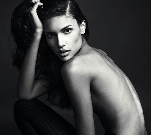 Caroline Caputo are 28 de ani si este originara din Salvador, Bahia (Brazilia).