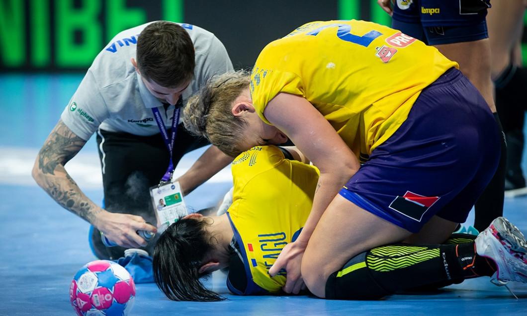 Accidentare horror pentru Cristina Neagu in minutul 52 al meciului din sferturile de finala ale Campionatului European din 2018 impotriva Ungariei. Sursa foto sportpictures.eu