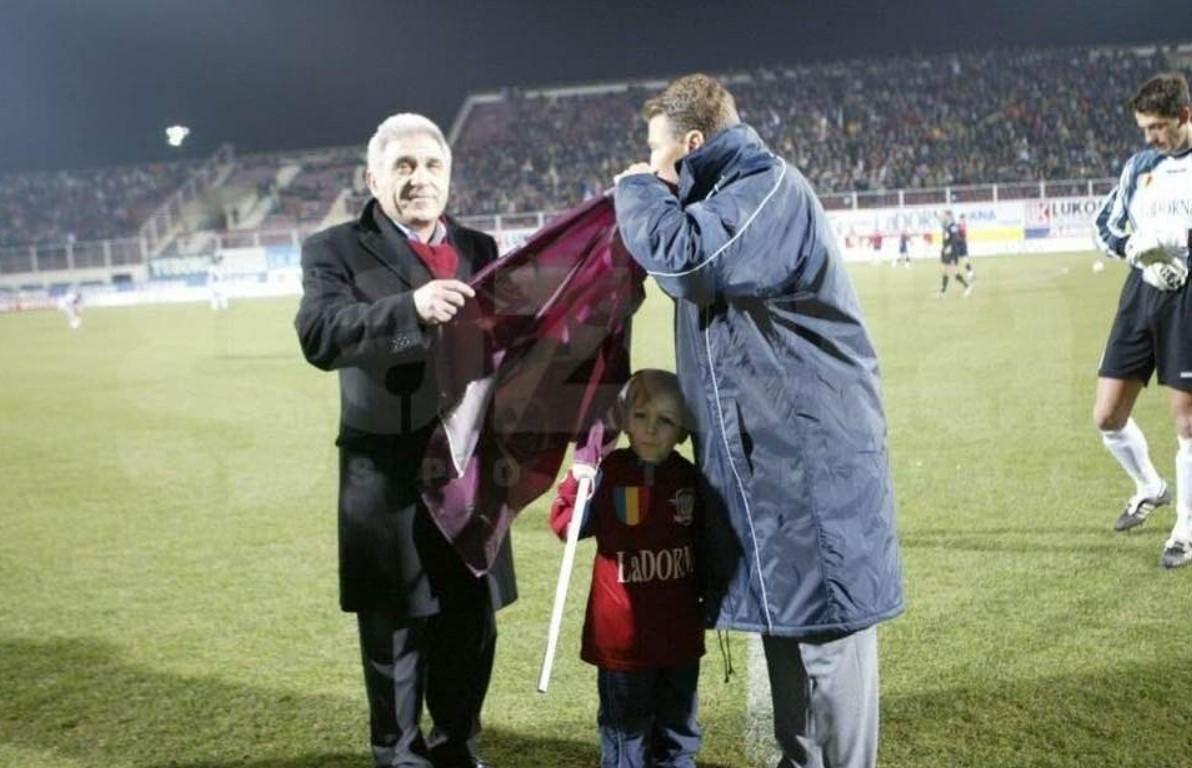 BUCURESTI, ROMANIA: Fotbal Divizia A - Etapa a 16-a; meciul de fotbal Rapid - F. C. Oradea, 12 martie 2004. In imagine: Dan Petrescu, antrenorul echipei Rapid, sarutand steagul conform traditiei.