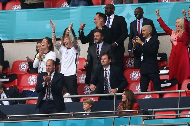 Prințul William, Kate Middleton și prințul George, alături de David și Romeo Beckham, Ed Sheeran și soția sa Cherry. Sursă foto: The Sun