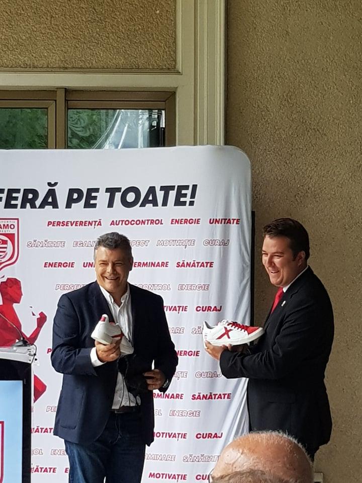Xavi Pascual i-a oferit lui Ionuț Popa o pereche de adidași