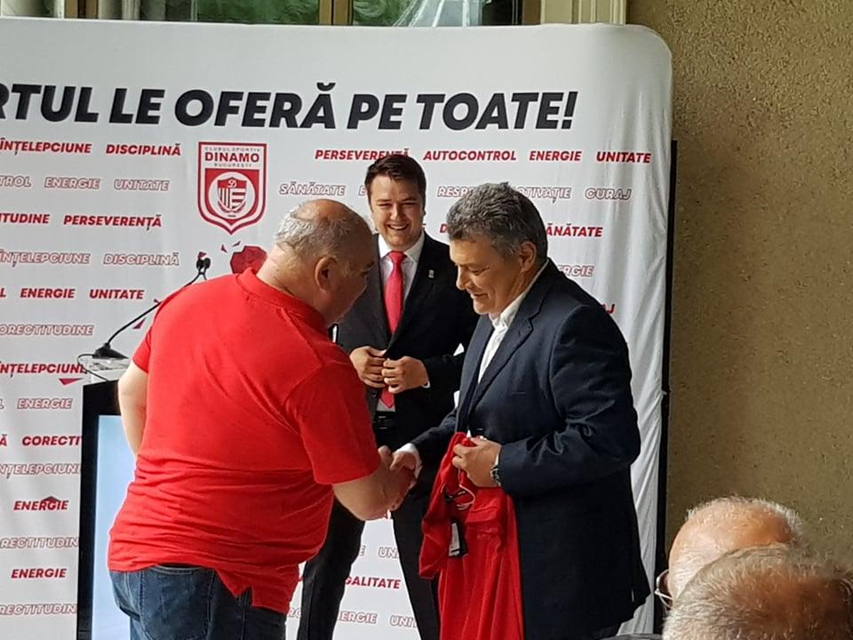 Ovidiu Semen îi oferă lui Pascual un tricou cu Dinamo