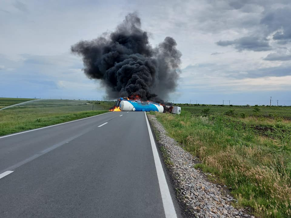 Pericol de explozie pe DN 21A. O cisternă s-a răsturnat între localităţile Bărăganu şi Ţăndărei şi a luat foc