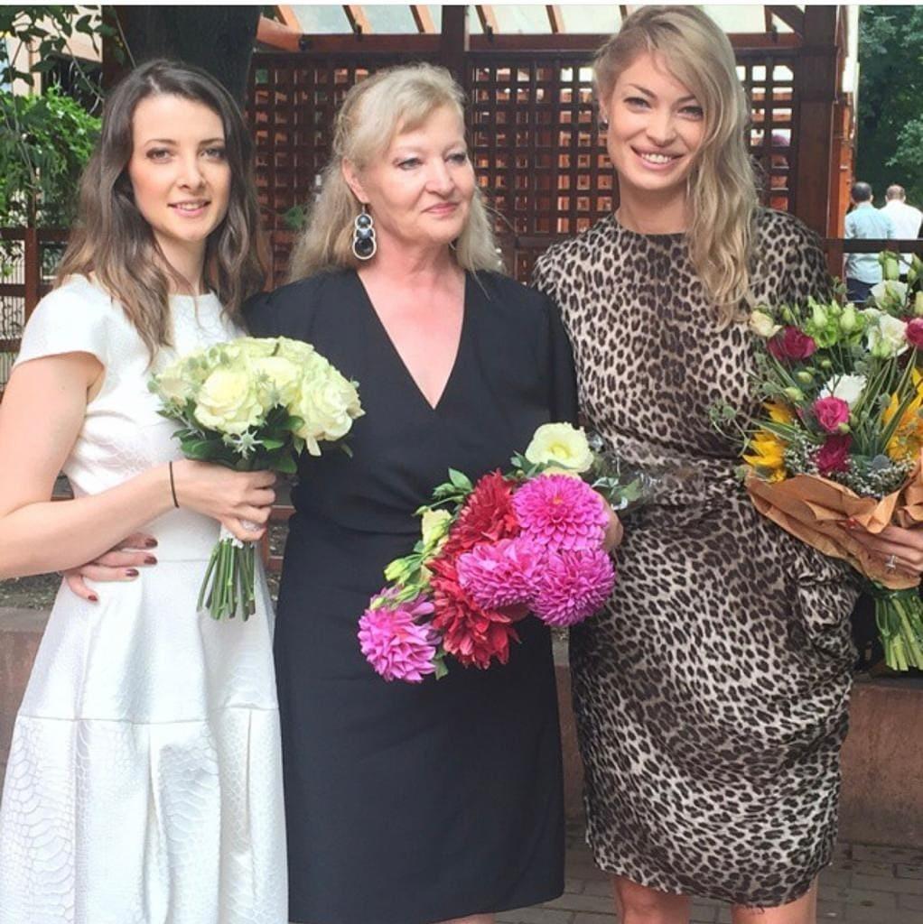Valentina Pelinel, alături de sora și mama ei