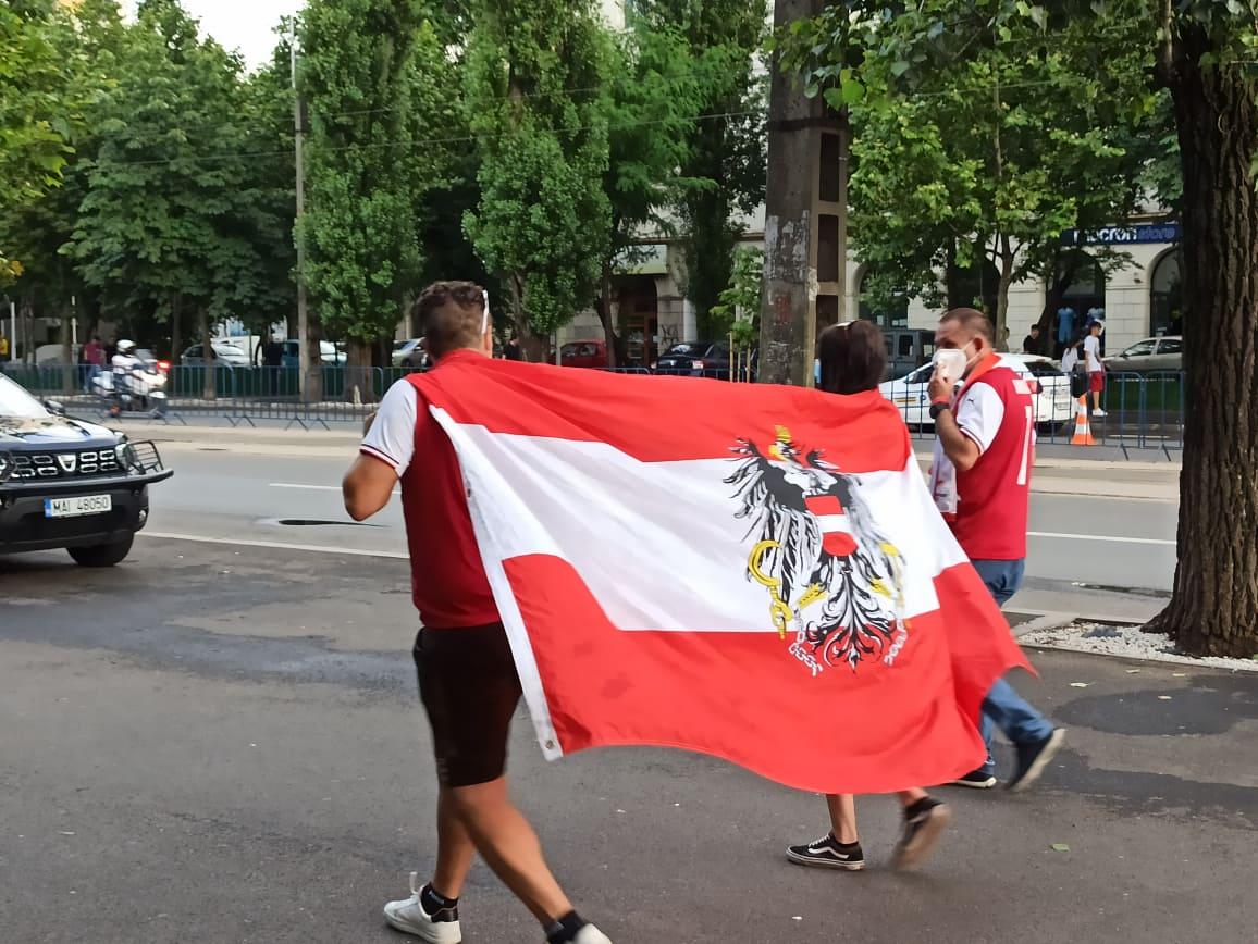 Suporteri austrieci in drum spre stadion