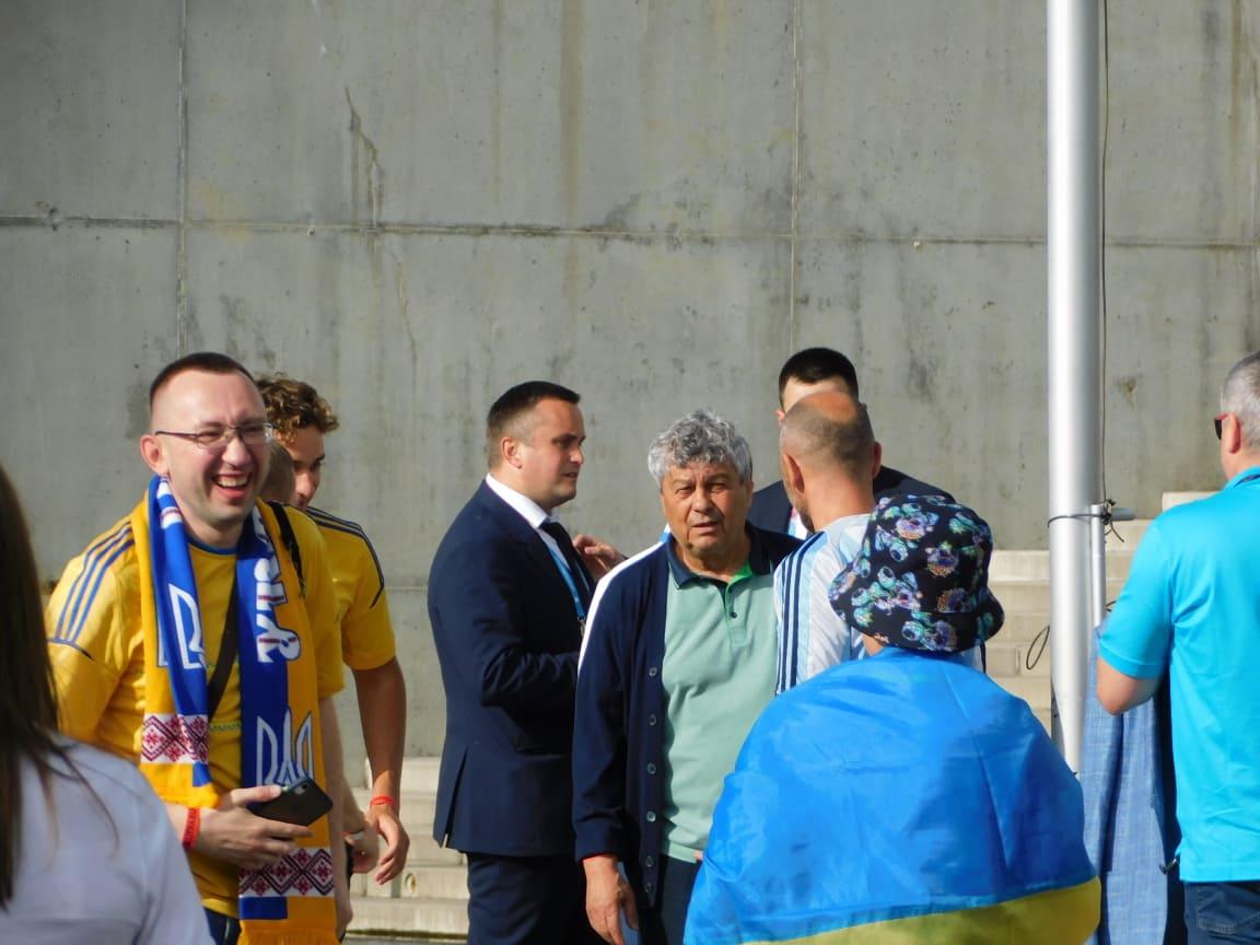 Mircea Lucescu a fost oprit pentru poze la stadion de catre suporterii Ucrainei