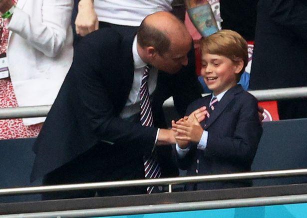 Prințul Harry și fiul său, George, succesorul la tronul Angliei. Sursă foto: The Sun
