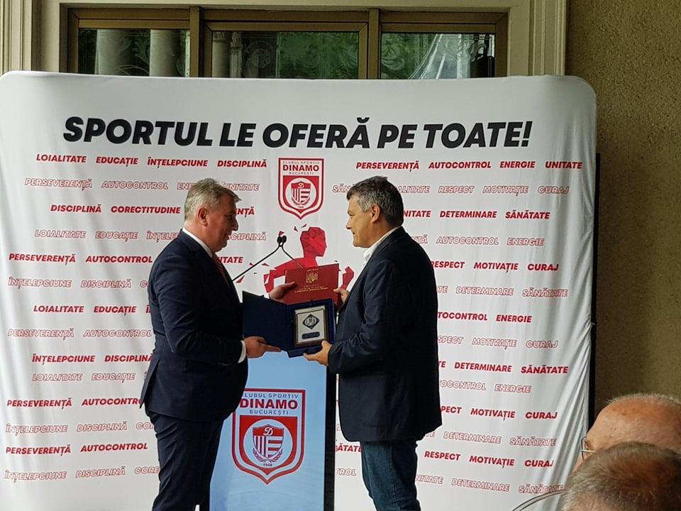 Lucian Bode îi oferă placheta de onoare a Ministerului de Interne lui Pascual