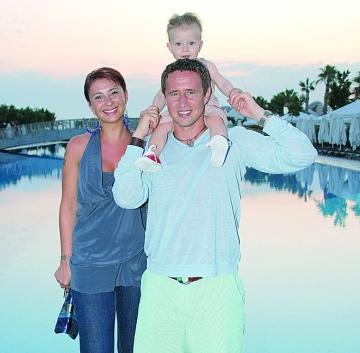 Ana Maria și Laurențiu, împreună cu Laur jr, pe vremea în care erau o familie fericită (sursa revistavip.net)