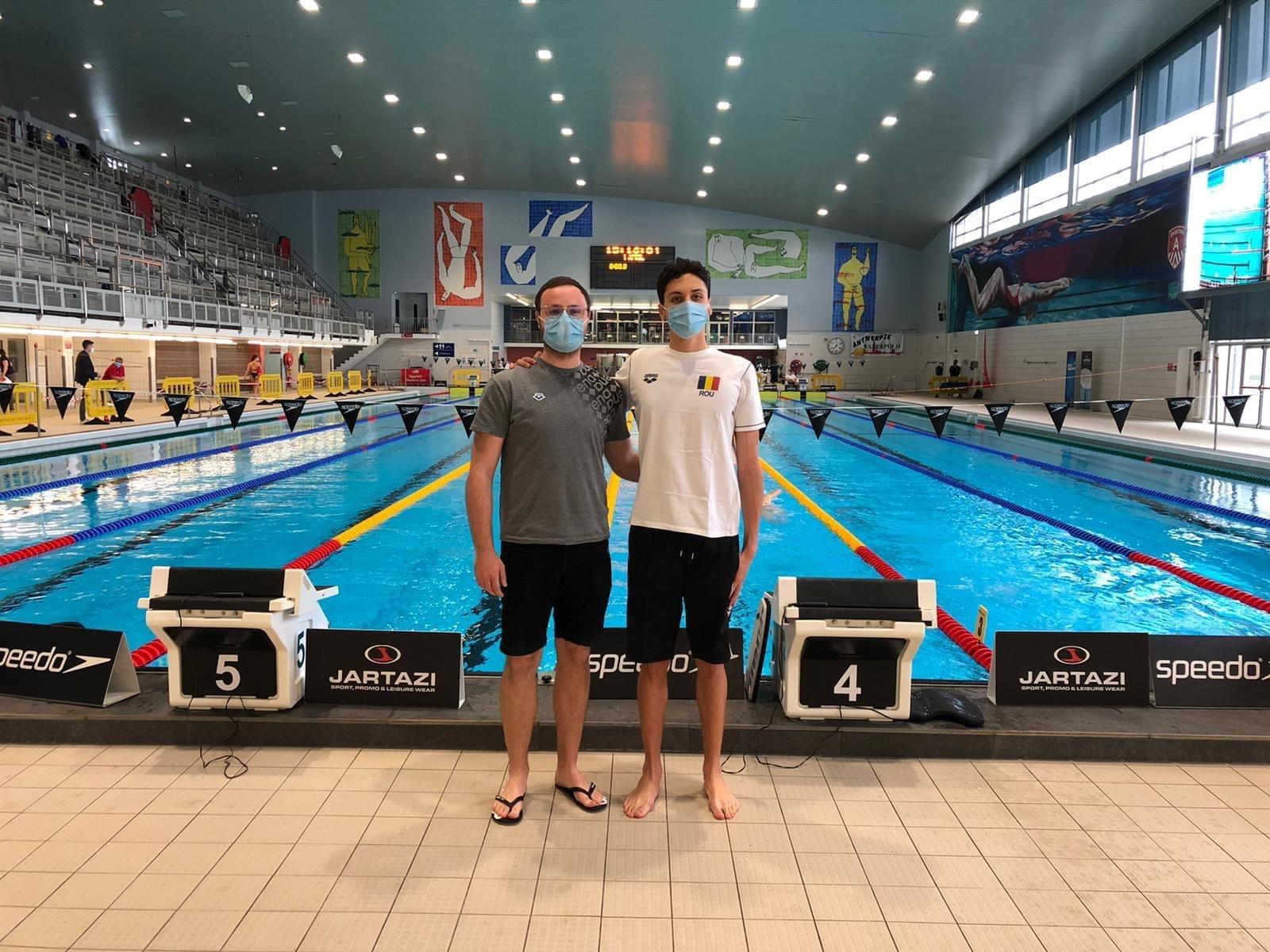 David Popovici, alături de antrenorul de concurs