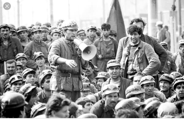 Miron Cozma, în mijlocul minerilor (sursa facebook.com)