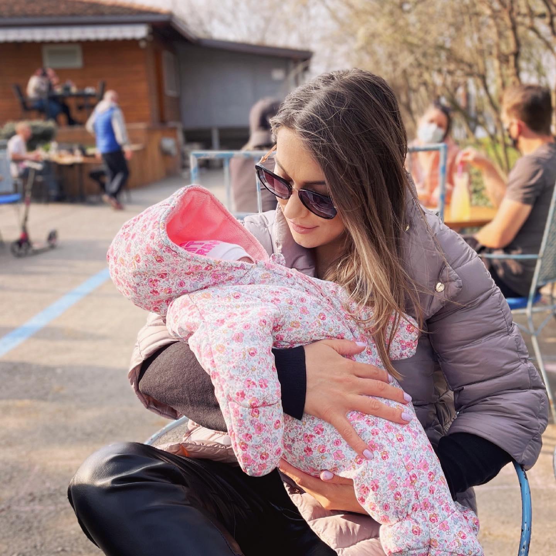 Monica Roşu şi fetiţa ei