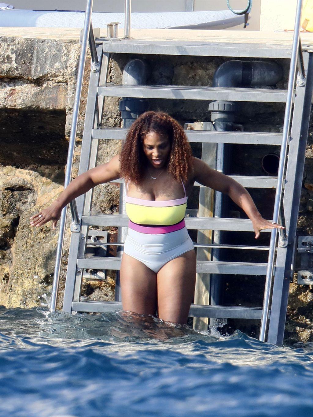 Serena Williams nu a putut sa stea departe de apa si a petrecut o mare parte din timp inotand. Sursa foto: Daily Mail