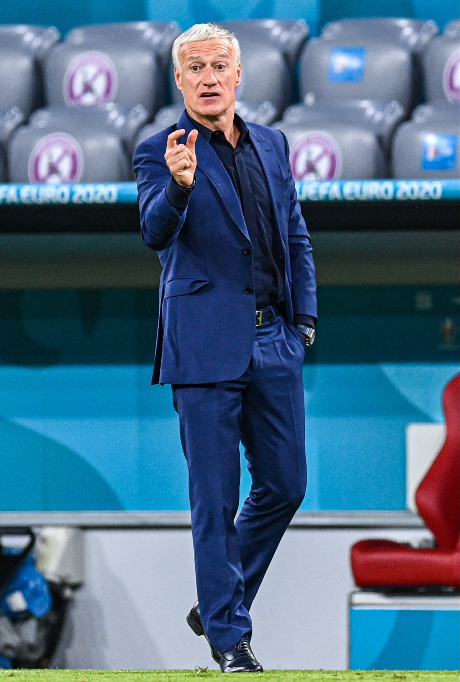 Fostul jucător al lui Chelsea, Didier Deschamps, fidel în continuare culorii bleu