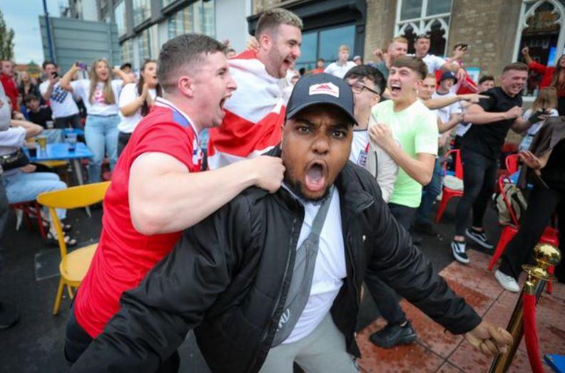 Explozia de bucurie a fanilor Angliei la golul lui Shaw. FOTO: twitter