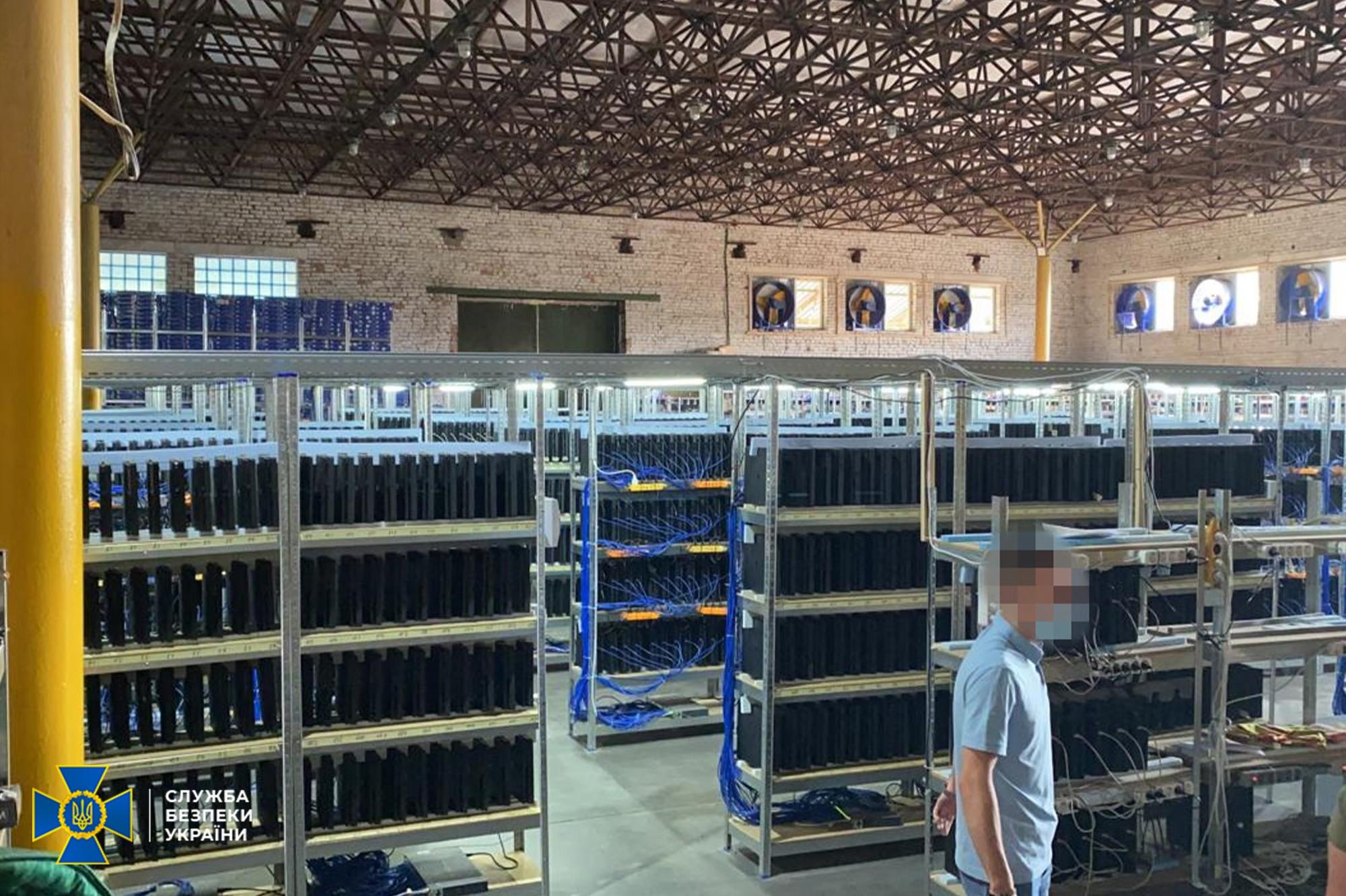 Cum arată o fermă de criptomonede cu mii de console PS4 Pro. Curentul electric furat, suficient pentru un oraș cât Satu Mare.