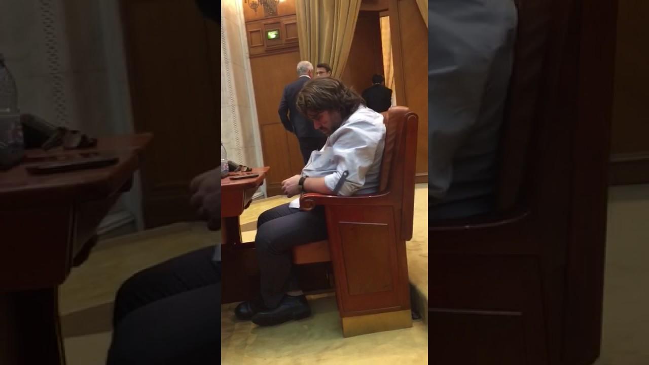Mihai Goțiu, surprins în timp ce doarme în Parlament. Sursa foto: ph-online, captură YouTube.