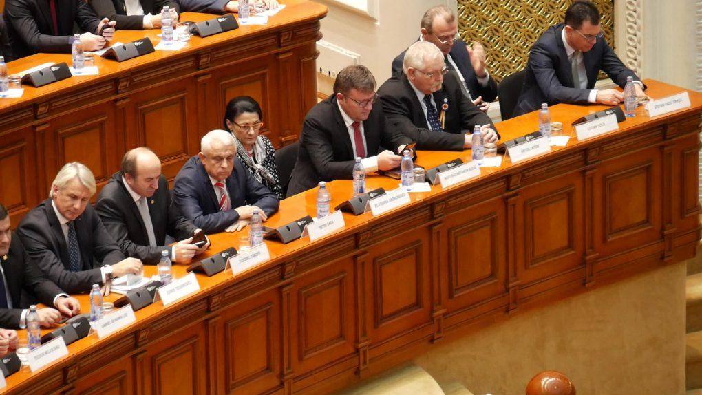 Smartphone-urile, preocuparea miniștrilor în timpul ședinței solemne de Centenar. Sursa foto: libertatea.ro.