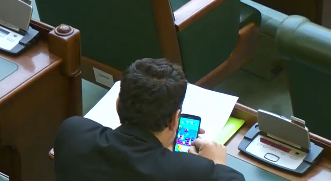 Senatorul Pataki Csaba, în timpul unei sesiuni prelungite de jocuri. Sursa foto: captură Digi24.