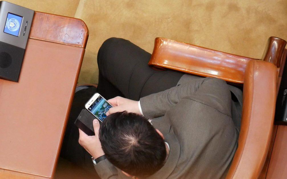 Telefoanele, mult mai interesante decât ședința solemnă. Sursa foto: libertatea.ro.
